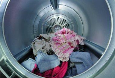 Bunte Wäsche in der Waschmaschinen Trommel