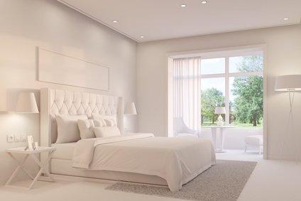 Weißes Schlafzimmer mit Boxspringbett
