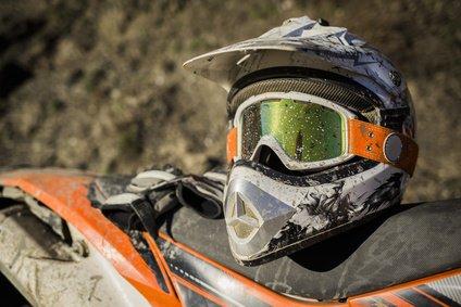 Motocross Helm liegt auf einem Motocrosssitz