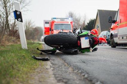 Motorrad liegt nach einem Unfall auf der Straße