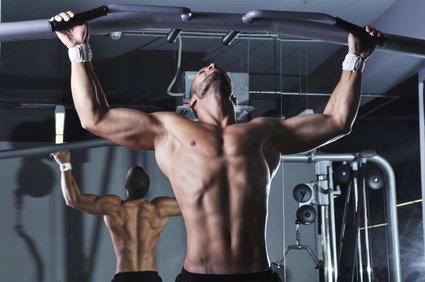 Sportler beim Klimmzugstangen Training