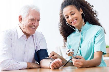 Ärtzin bei der Blutdruckmessung