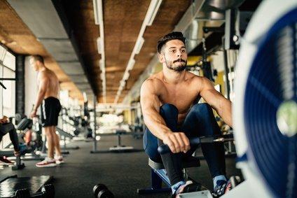 Sportler trainiert am Rudergerät